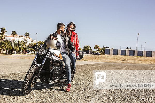 Auf Motorrad sitzendes Ehepaar