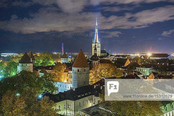 Nachtansicht der Altstadt mit der St. Olafskirche  Tallinn  Estland