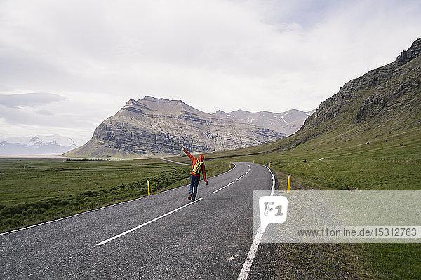Erwachsener Mann wandert auf der Ringstraße 1   Südliche Region  Island