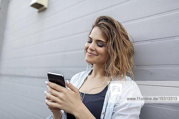 Osteuropäische Frau benutzt Smartphone