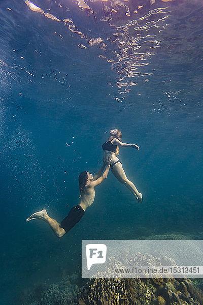 Junges Paar unter Wasser  Frau schwanger