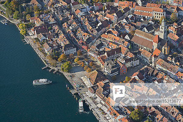 Deutschland  Baden-Württemberg  Uberlingen  Luftaufnahme des Bodensees und der Altstadt