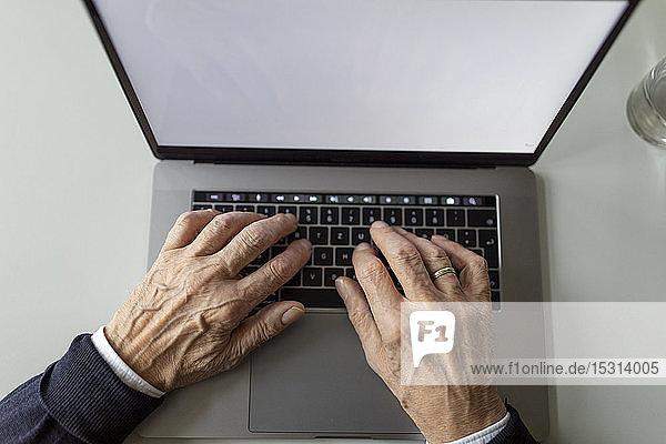 Nahaufnahme eines älteren Mannes mit Laptop