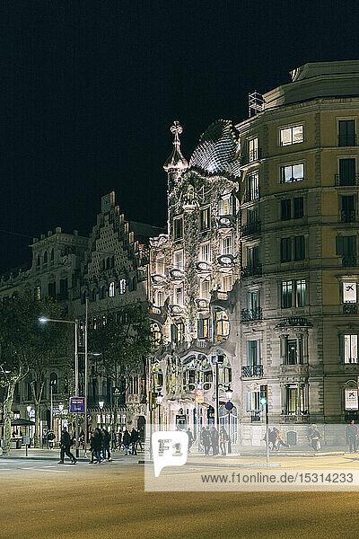 Beleuchtete Casa Batllo bei Nacht  Barcelona  Spanien