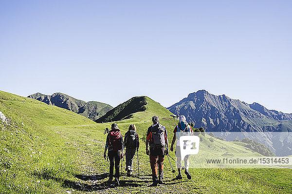 Gruppe von Wanderern in den Bergen  Orobie-Gebirge  Lecco  Italien