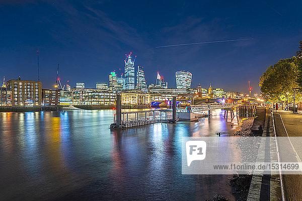 Skyline der Londoner Stadt mit der Themse  London  Großbritannien