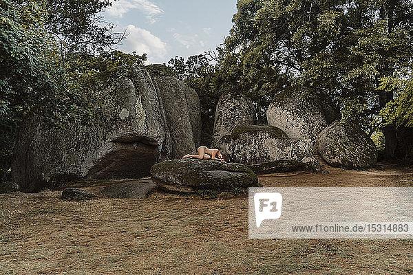 Nackte Frau liegt auf einem Felsen im prähistorischen Felsheiligtum Beglik Tash  Bulgarien