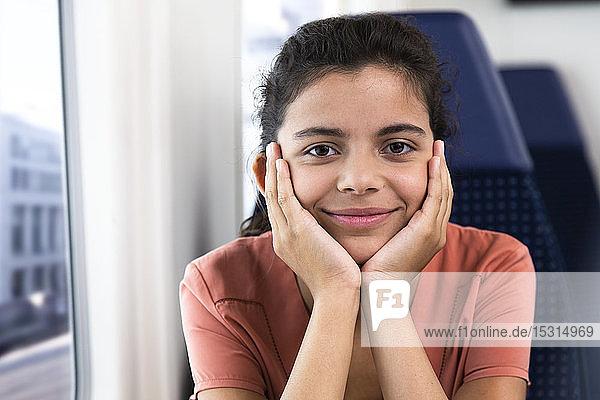Porträt eines allein im Zug reisenden eenage girl