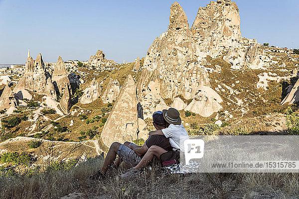 Ehepaar schaut zum Schloss von Uchisar  Kappadokien  Türkei