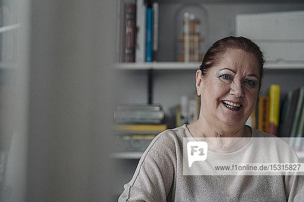 Porträt einer glücklichen älteren Frau zu Hause