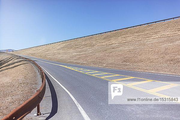 Leerer Highway im Bezirk Ulster bei strahlend blauem Himmel an einem sonnigen Tag