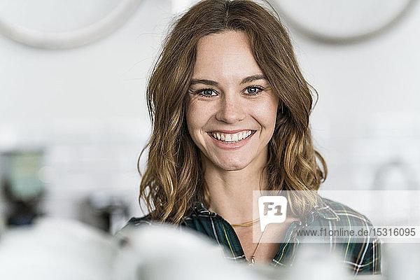 Junge Frau  die in ihrem eigenen Café arbeitet  Porträt