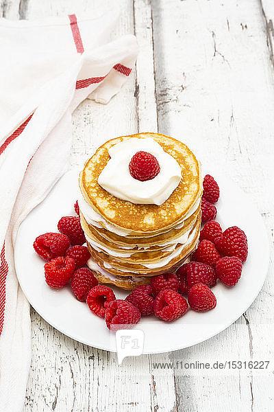 Kohlenhydratarme Pfannkuchen mit Joghurt und Himbeeren