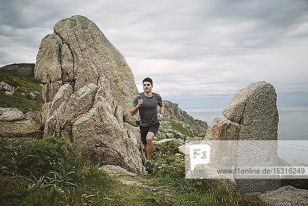 Trailrunner in der Küstenlandschaft  Ferrol  Spanien