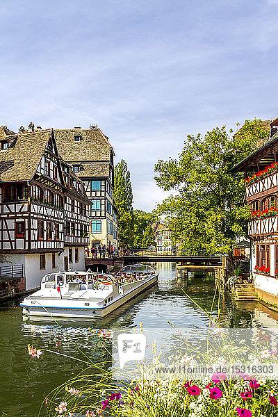 Frankreich  Straßburg  Ausflugsboot auf dem Fluss Ill in der Altstadt