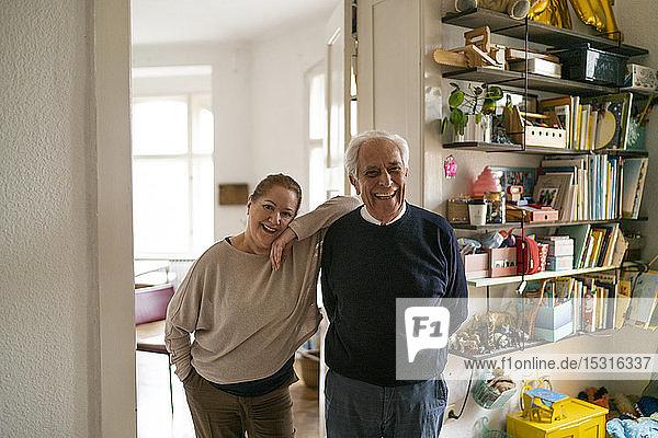 Porträt eines glücklichen älteren Paares im Kinderzimmer stehend