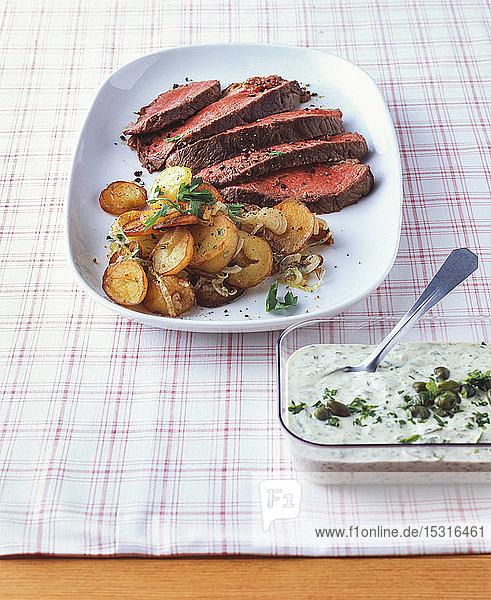 Roastbeef mit Bratkartoffeln und Remouladensauce