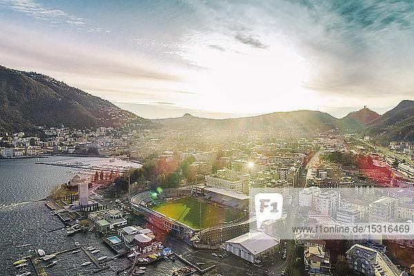 Luftaufnahme von Como im Winter frühmorgens  Italien