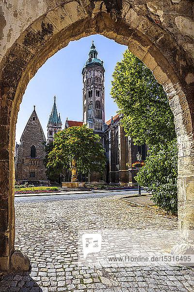 Naumburger Dom und Bäume gegen den Himmel vom Torbogen aus gesehen