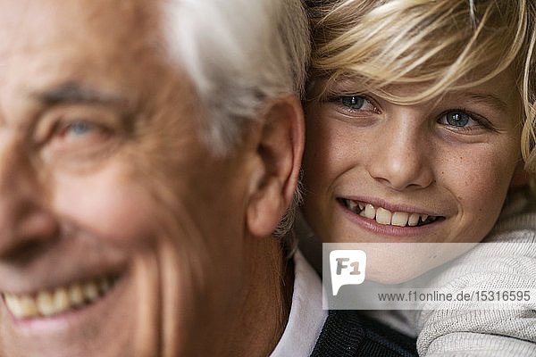 Nahaufnahme eines glücklichen Enkels  der seinen Großvater umarmt
