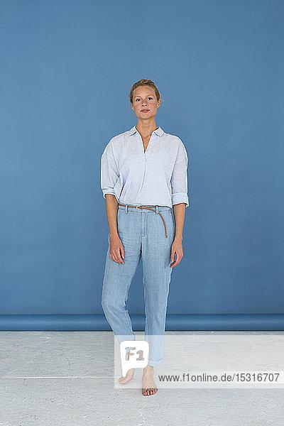 Schöne blonde Frau  blauer Hintergrund