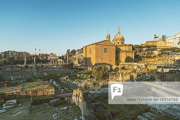 Forum Romanum mit Santi Luca e Martina im Hintergrund  Rom  Italien
