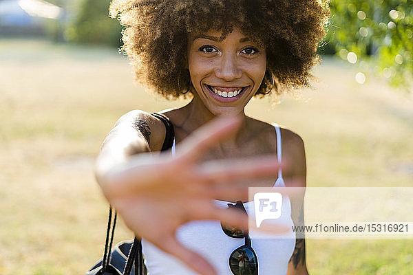 Porträt einer tätowierten jungen Frau im Sommer