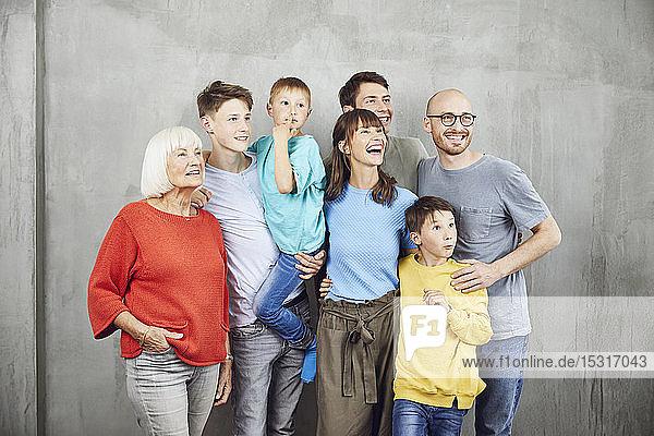Ehepaar mit ihren vier Kindern und ihrer Großmutter