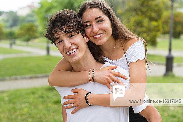 Junges Paar im Park