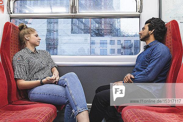 Freunde reisen an regnerischen Tagen mit dem Zug  London  UK