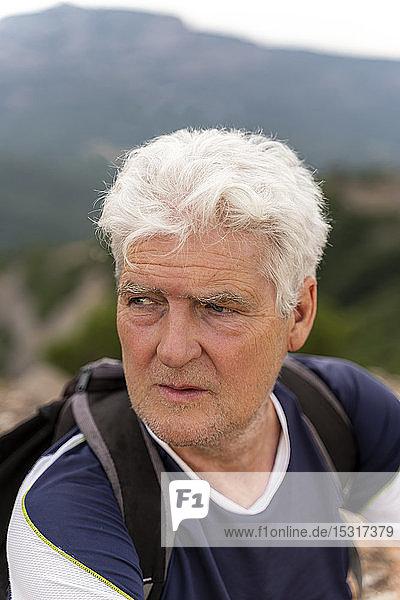 Porträt eines älteren Wanderers  der sich umsieht
