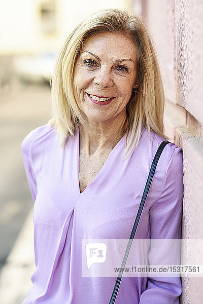 Porträt einer lächelnden reifen Frau in der Stadt
