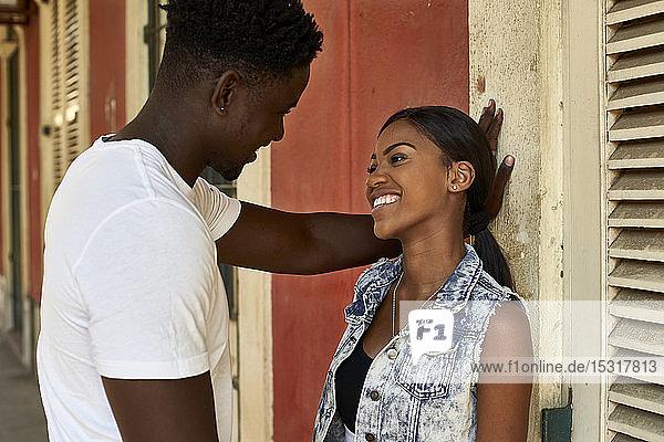Auf der Straße stehendes flirtendes Paar in Mabuto  Mosambik