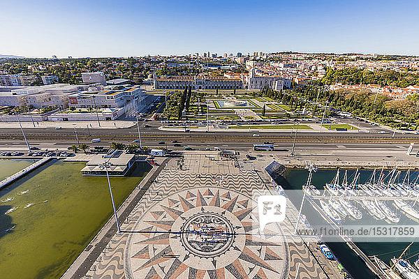 Portugal  Lissabon  Belem  Hochwinkelansicht der Kompassrose und Kartenmosaik in der Nähe des Yachthafens  Jeronimos-Kloster im Hintergrund