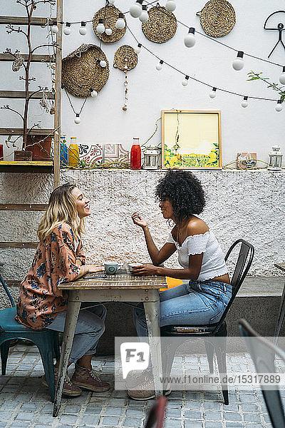 Multikulturelle Frauen in einem Cafe