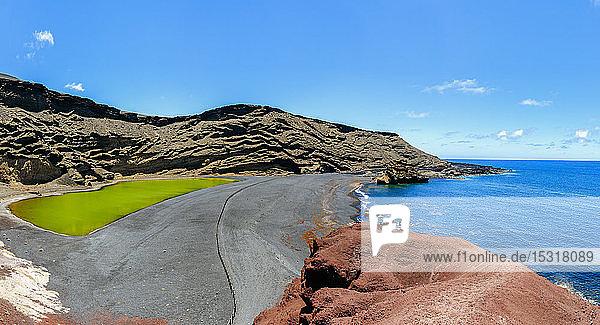 Panoramablick auf den Charco de los Clicos oder Lago Verde und den Strand El Golfo  Lanzarote  Kanarische Inseln  Spanien