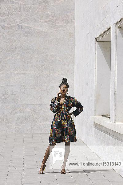 Porträt einer eleganten Frau in gemustertem Kleid