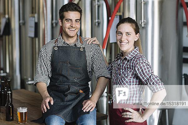 Porträt glücklicher Jungunternehmer in einer Brauerei
