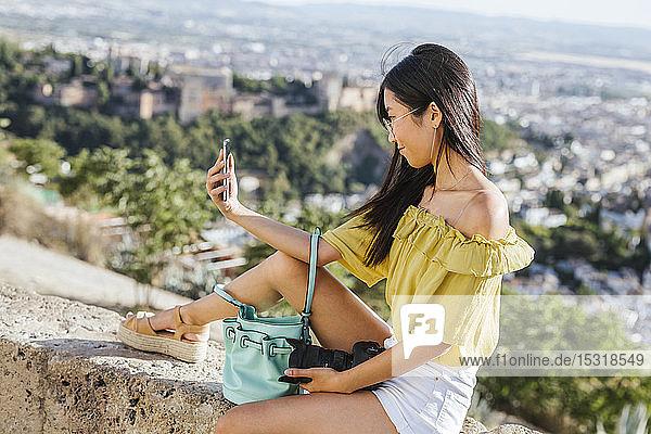 Junge Frau beim Selfie in der Alhambra  Granada  Spanien