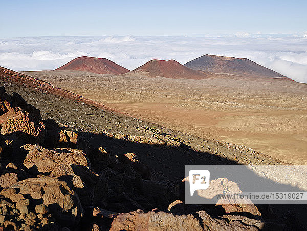 Landschaftliche Ansicht des Vulkans Mauna Kea vor bewölktem Himmel