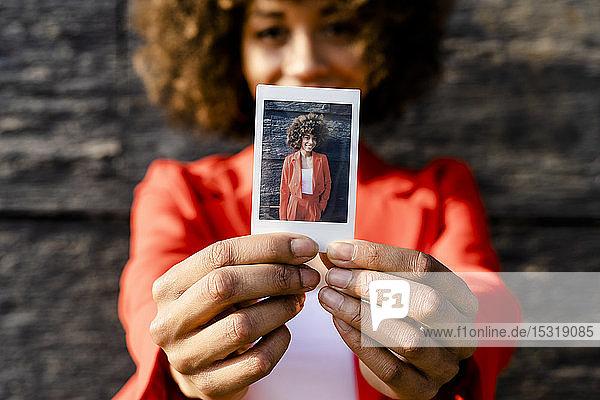 Frauenhände mit Sofortfoto von sich selbst  Nahaufnahme