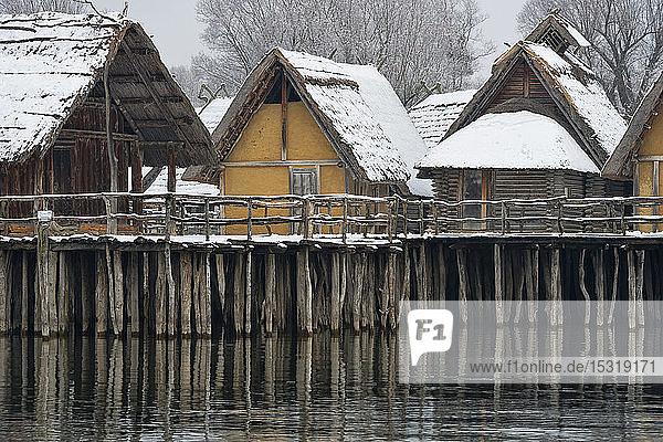 Deutschland  Baden-Württemberg  Schneebedeckte Stelzenhäuser am Bodensee