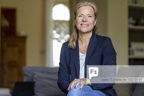 Porträt einer lächelnden reifen Geschäftsfrau zu Hause