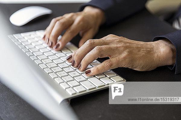 Hände einer Frau auf einer Computertastatur  Nahaufnahme