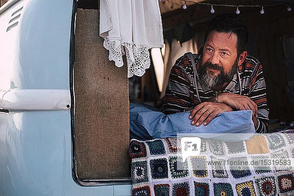 Reifer Mann liegt im Transporter