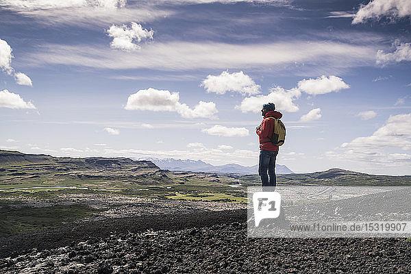 Wanderer in Vesturland  Island  stehend und Landschaft betrachtend