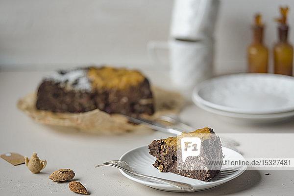 Veganer Brownie-Kuchen mit roten Bohnen und Mandeln