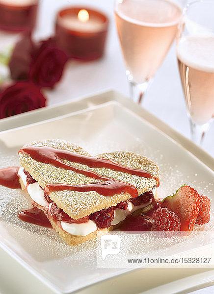 Herzförmiges Shortbread mit Sahne und Himbeeren zum Valentinstag
