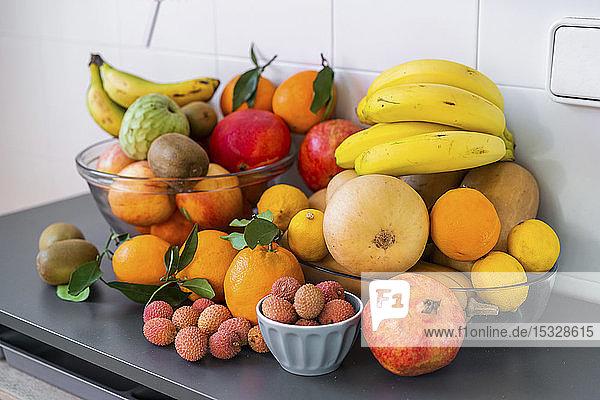 Verschiedene frische reife exotische Früchte in Schüsseln