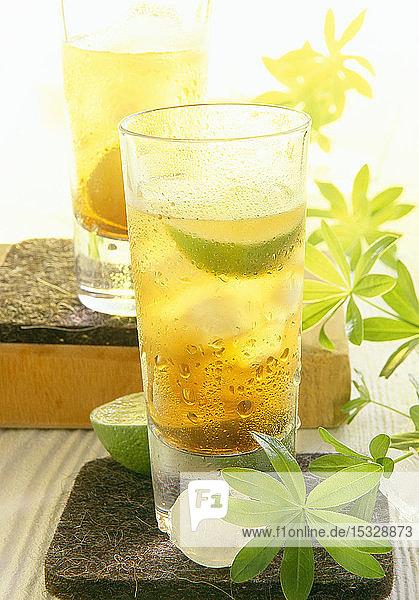 Waldmeisterlikör  aromatisiert mit getrockneten Orangenblüten und Vanille